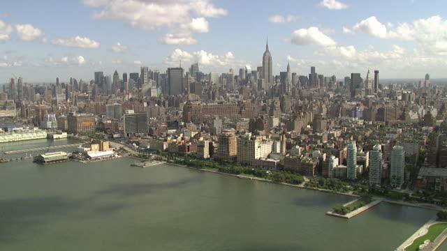 vidéos et rushes de empire state building de l'hudson, à new york, é.-u. - empire state building