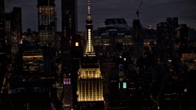 aerial empire state building in manhattan, nyc at night - empire state building video stock e b–roll