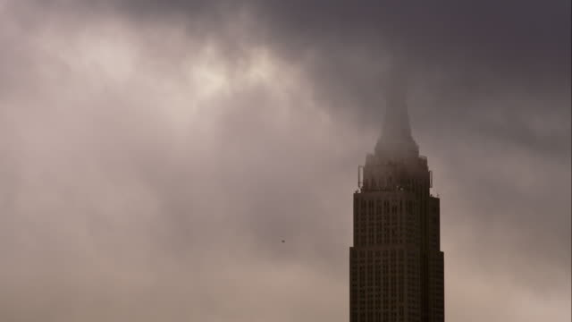 empire state building obscured by clouds - empire state building stock videos & royalty-free footage
