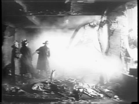 vidéos et rushes de empire state building seen through a dense fog / animated explosion / flames / servicemen looking up / various shots of smoke pouring out from the... - empire state building
