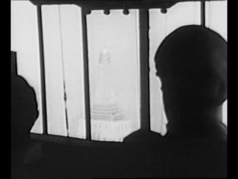 vídeos de stock e filmes b-roll de ws empire state building with goodyear blimp nearby / pov from inside dirigible as it approaches the top of the empire state building / man leans out... - 1930