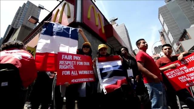 empleados de cadenas de comida rapida reunidos en nueva york anunciaron el miercoles huelgas en mas de 150 ciudades de estados unidos y protestas en... - afp stock videos & royalty-free footage