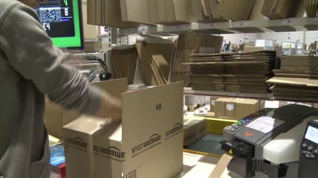 empleados y exempleados de la compania de ventas por internet amazon critican las duras condiciones laborales en la empresa en una investigación... - diario stock videos and b-roll footage
