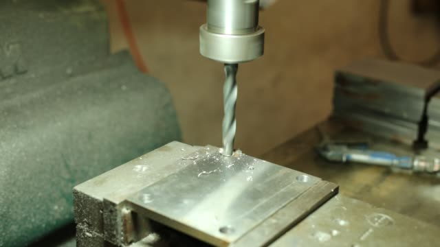 drilling machine, employee drilling machine in flat steel plate with bench drill. - ステンレス点の映像素材/bロール