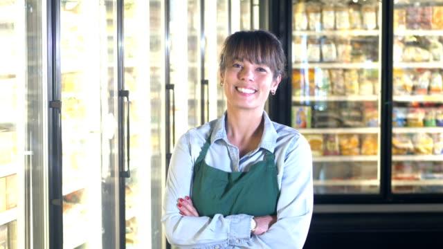 食料品店の冷凍食品セクションの従業員 - 冷凍食品点の映像素材/bロール