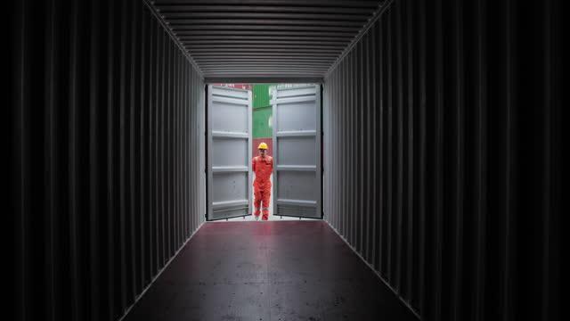 mitarbeiter, die die metalltür bei der logistik und dem transport von containerladung öffnen. transport-/industriekonzept. - box container stock-videos und b-roll-filmmaterial