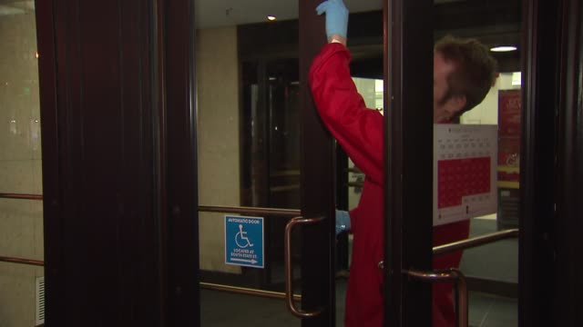 employee opening up the door to macy's on december 26 2013 in chicago illinois - markenname stock-videos und b-roll-filmmaterial