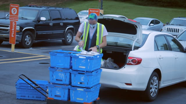 employee wearing face mask is helping the pick up service at the walmart super shopping center in the early morning in north georgia, usa, during the 2020 global covid-19 pandemic - customer stock videos & royalty-free footage