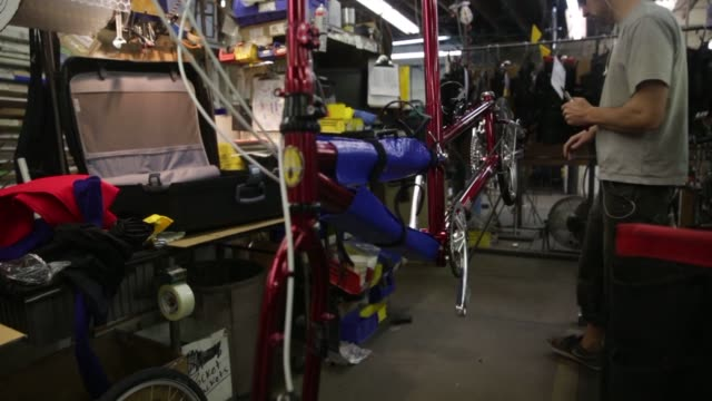 employees at bike friday in eugene oregon creating custom bicycles close up shot of a bike friday emblem on the front of a completed bicycle an... - speichen stock-videos und b-roll-filmmaterial