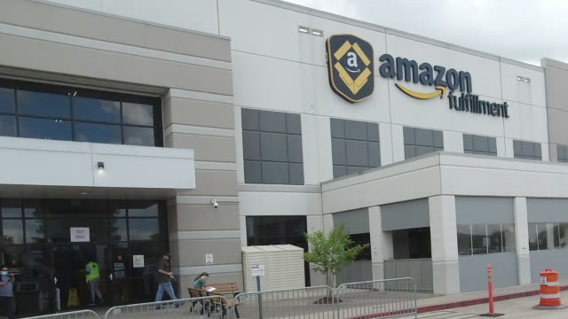 employees at the amazon fulfillment center in chattanooga, tennessee, usa, during the 2020 coronavirus pandemic - warehouse stock videos & royalty-free footage