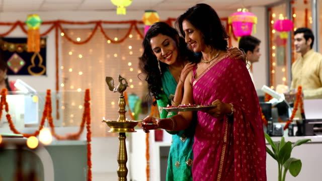 vídeos y material grabado en eventos de stock de employees celebrating diwali festival in the office, delhi, india - rosa brillante