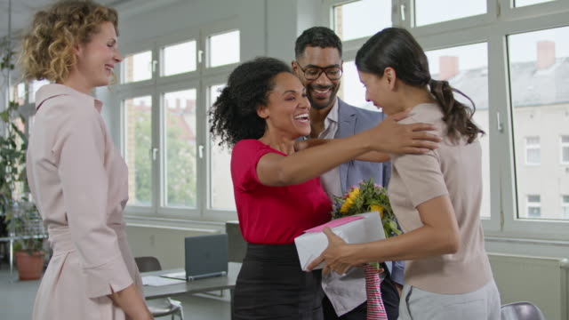 vidéos et rushes de employees congratulating the female boss of a small company with good working climate and collegiality. - féliciter