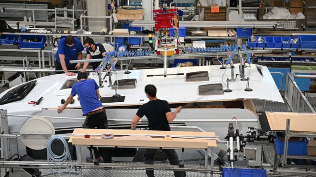 employees fit the roof to a motor home on the knaus tabbert ag assembly line in jandelsbrunn, germany, on monday, october 12, 2020. - halle gebäude stock-videos und b-roll-filmmaterial