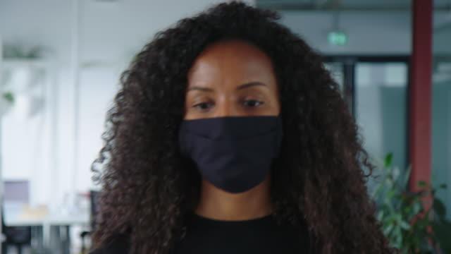 vídeos de stock e filmes b-roll de employees going through temperature checkpoint in office - pessoas em fila