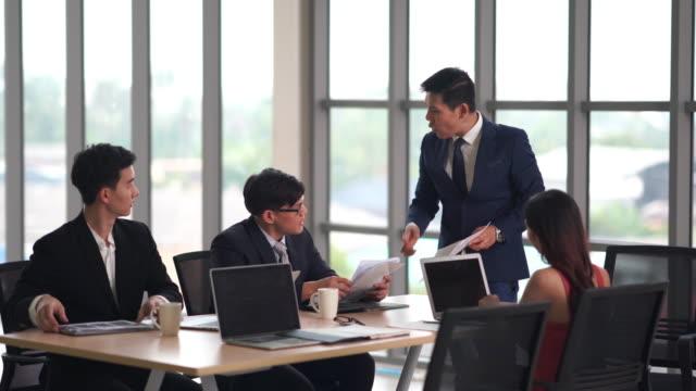 vídeos de stock e filmes b-roll de employees group analyzing online project explaining strategy - trabalhadora de colarinho branco
