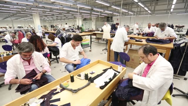 vidéos et rushes de employees hand sew jackets in the sewing room of cesare attolini spa workshop in naples italy on friday april 22 2016 - atelier d'artisan