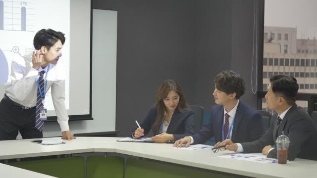 employees having a meeting - hemd und krawatte stock-videos und b-roll-filmmaterial