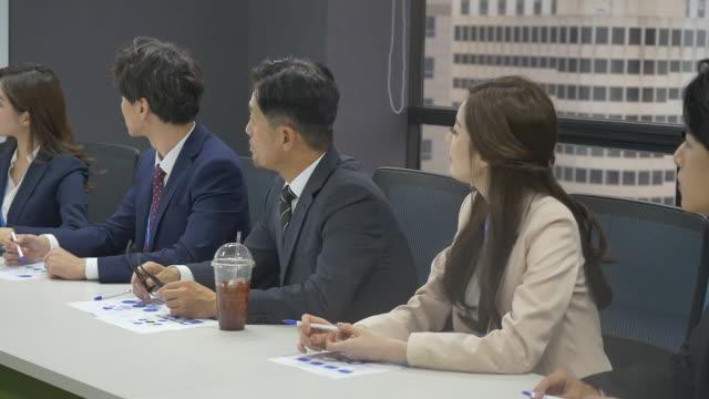 vídeos de stock, filmes e b-roll de employees having a meeting - camisa e gravata