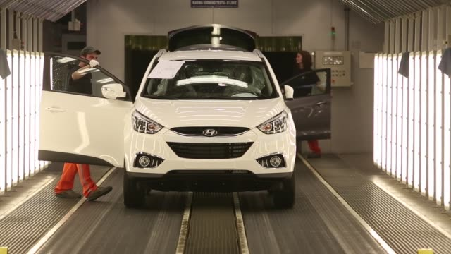 vídeos de stock, filmes e b-roll de employees inspect a completed ix30 automobile in a light tunnel at hyundai motor co s plant in nosovice czech republic on tuesday aug 19 factory... - acabando