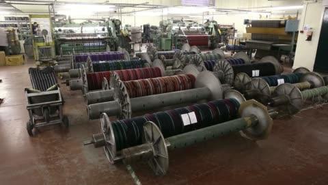 vídeos y material grabado en eventos de stock de employees inspect sheets of tartan material following production at lochcarron john buchan ltds plant in selkirk, uk, on tuesday, aug 12 completed... - tartán