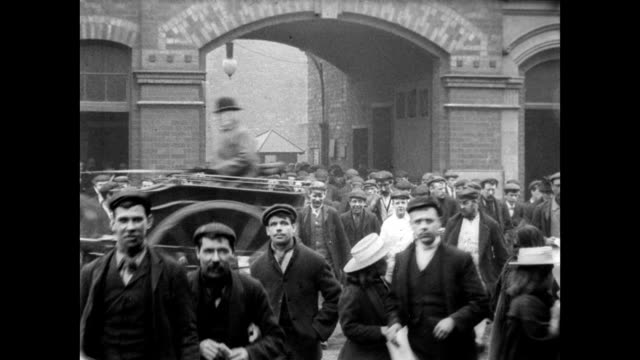 vidéos et rushes de 1900 - employees leave robey's works factory - angleterre