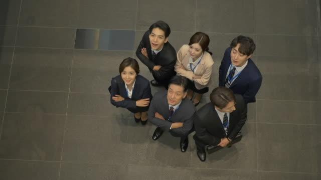 employees looking up at the ceiling - skjorta och slips bildbanksvideor och videomaterial från bakom kulisserna