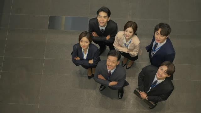 vídeos y material grabado en eventos de stock de employees looking up at the ceiling - vestimenta de negocios formal