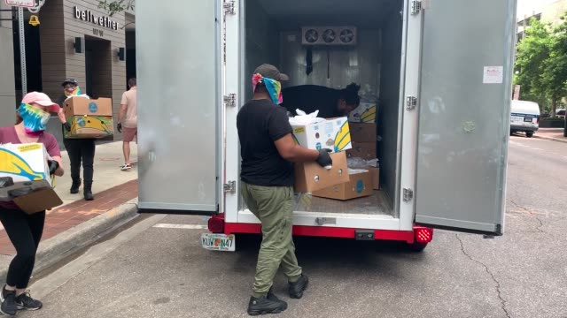 employees of bellwether restaurant carry boxes of prepared meals for distribution by feeding northeast florida on april 29, 2020 in jacksonville,... - 運ぶ点の映像素材/bロール