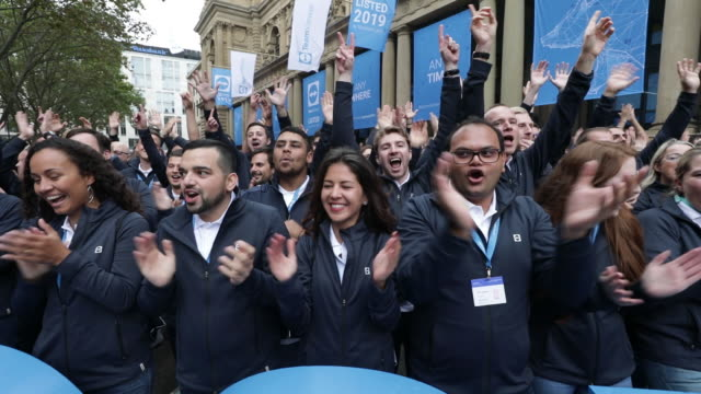 employees of teamviewer clapping in front of frankfurt stock exchange after ipo frankfurt hessen germany on wednesday sep 25 2019 - frankfurt stock exchange stock videos and b-roll footage