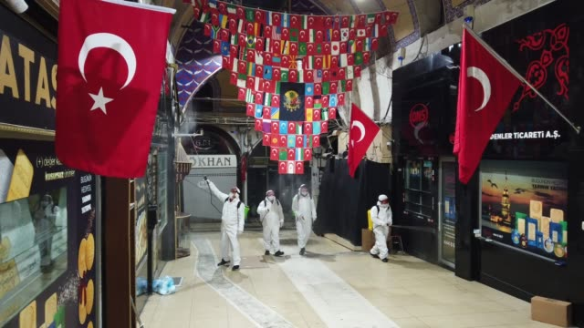 stockvideo's en b-roll-footage met employees of the grand bazaar cleaning department disinfect the streets and shops inside istanbul's famous grand bazaar to prevent the spread of the... - grote bazaar van istanboel istanboel