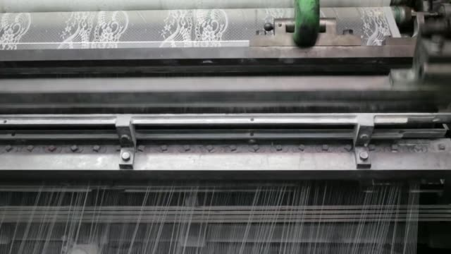 vidéos et rushes de employees operate a leavers lace loom inside the desseilles laces lace factory in calais france on tuesday march 8 an employee operates a leavers... - métier à tisser