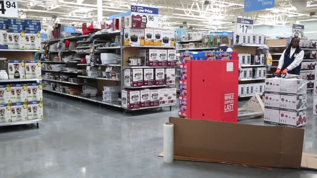 stockvideo's en b-roll-footage met employees prepare for the black friday sale at a wamart store in peoria illinois us on thursday nov 26 2015 photographer luke sharrett/bloomberg... - wal mart