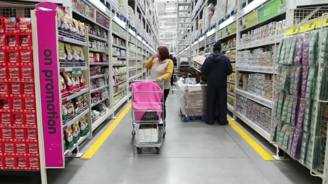vídeos de stock, filmes e b-roll de employees process customers products at the check out desks of a makro cash and carry store operated by massmart holdings ltd in alberton south... - produto interno bruto