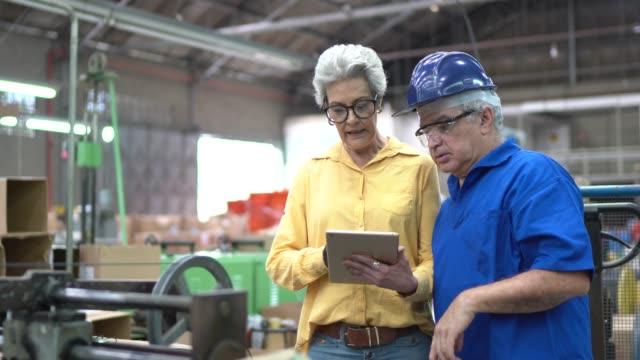 stockvideo's en b-roll-footage met werknemers die een tablet gebruiken in de industrie - productielijn werker