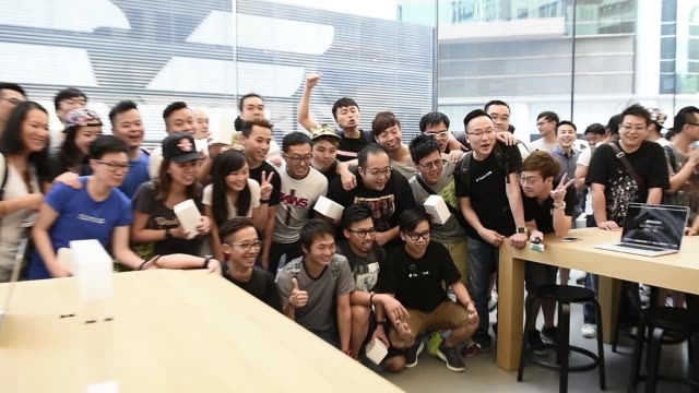 Employees welcome customers into Apple Incs new Canton Road store in the Tsim Sha Tsui district of Hong Kong China on Thursday July 30 2015 Shots...