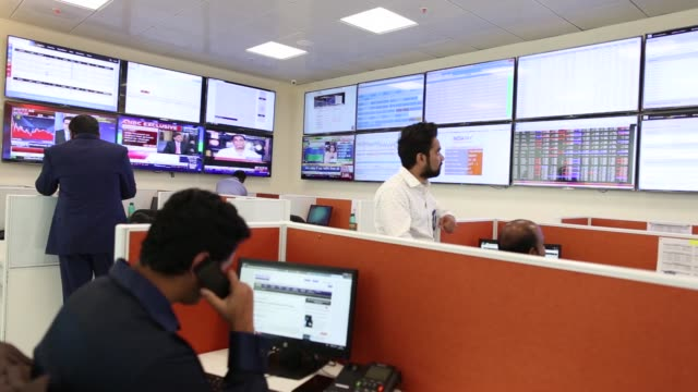 employees work at the india international exchange operated by india international clearing corp a subsidiary of bse ltd in gujarat international... - quartier de la bourse stock-videos und b-roll-filmmaterial