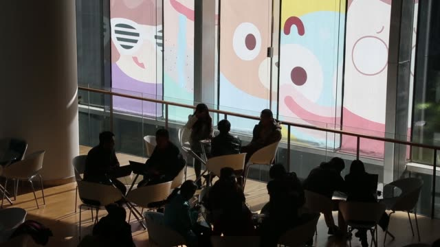 vidéos et rushes de employees work in the meeting area of the baidu inc. headquarters in beijing, china, on wednesday, nov. 12 the baidu inc. headquarters stand in... - napping
