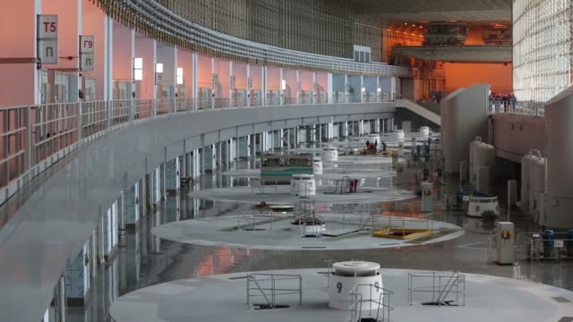 employees work on a platform in the turbine hall at the sayanoshushenskaya hydropower station operated by oao rushydro near sayanogorsk russia on... - energia idroelettrica video stock e b–roll