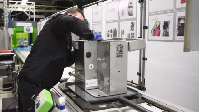 vídeos de stock e filmes b-roll de employees work on the production line making a new medical ventilator named 'oxygen' at the spanish car maker's martorell factory on april 07, 2020... - assento