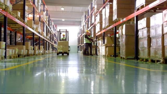 i dipendenti che lavorano nel magazzino - deposito video stock e b–roll