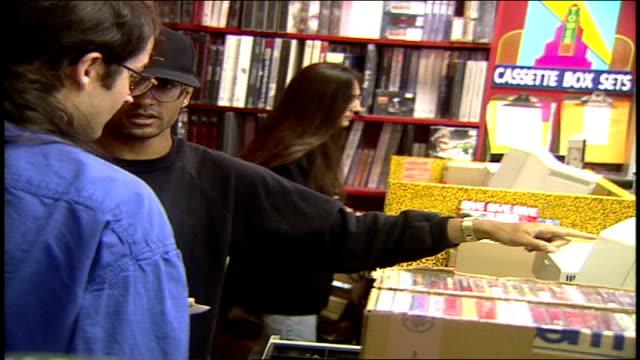 vídeos y material grabado en eventos de stock de employees working registers at tower records in los angeles california - tienda de discos