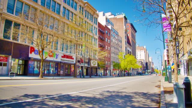 vídeos y material grabado en eventos de stock de vacío 14th new york street durante los alegres y felices primeros días de la primavera. fin de la pandemia. - lugar de comercio