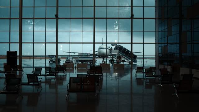 vidéos et rushes de aéroport et aéronefs vides à l'arrière-plan, pendant la pandémie de covid-19 - pilot