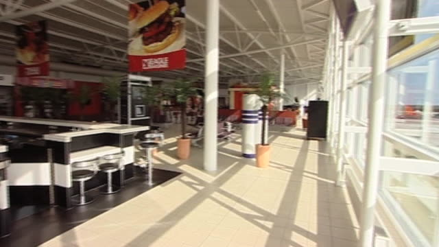 vídeos de stock, filmes e b-roll de empty airport following closure of uk airspace closure due to volcanic eruption in iceland - sinal informativo