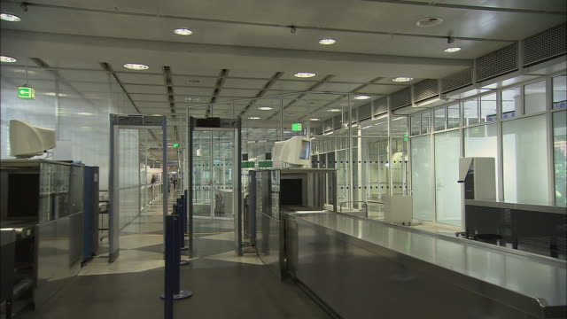ws empty airport security station/ munich, germany - 警備員点の映像素材/bロール