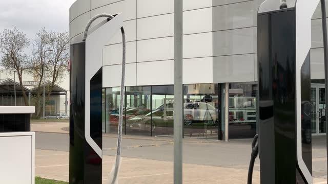 vídeos y material grabado en eventos de stock de empty and new electric vehicle charging stations at car saloon in europe - coche eléctrico coche alternativo