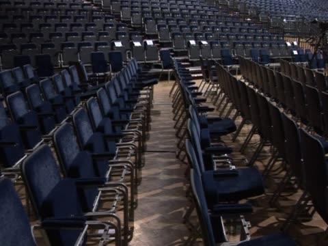 stockvideo's en b-roll-footage met empty auditorium seats (7) - politieke bijeenkomst