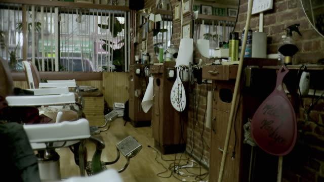 vídeos y material grabado en eventos de stock de ms empty barbershop, brooklyn, new york city, new york state, usa - salón de belleza
