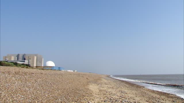 ws empty beach and sizewell nuclear power station / sizewell, suffolk, united kingdom  - nuclear energy点の映像素材/bロール