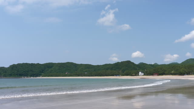 empty beach on a sunny summer day (zoom out) - audio available点の映像素材/bロール